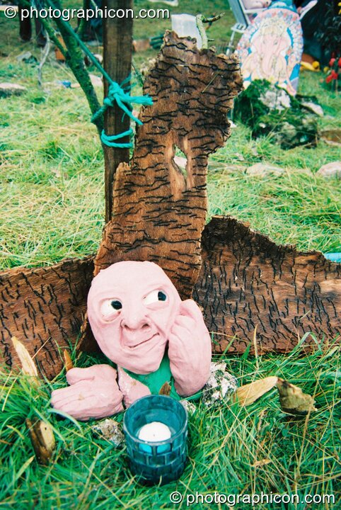 A small sculpture points the way at Big Green Gathering 2003. Cheddar, Great Britain. © 2003 Photographicon