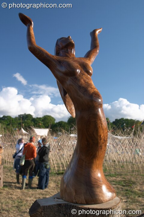 Vandweller tree sculpture of a dancing woman at Glastonbury Festival 2004. Pilton, Great Britain. © 2004 Photographicon