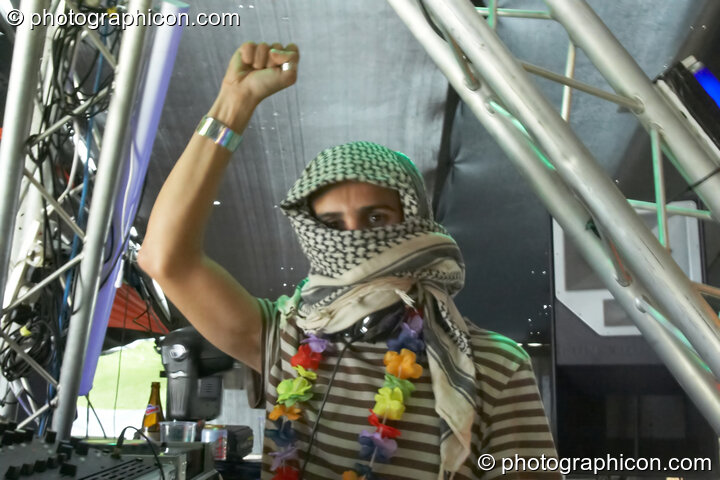 Bedouin (Domo Records, UK) gives a Yella salute while DJing on the Tribe of Frog stage at Waveform Project 2007. Kenton, Exeter, Great Britain. © 2007 Photographicon