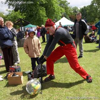 Tony Alan blows up the world with a little help from his friends at Kingston Green Fair 2006. Kingston upon Thames, Great Britain. © 2006 Photographicon
