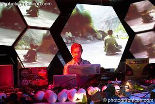 Inside-Us-All VJing on their hexagonal projection screens at The Synergy Project. London, Great Britain. © 2005 Photographicon