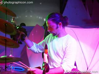 Etmo & friends on the Idspiral stage at The Synergy Project. London, Great Britain. © 2005 Photographicon
