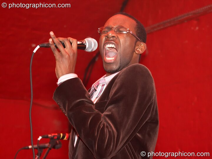 R&B singer in the Synergy Centre space at The Synergy Project. London, Great Britain. © 2006 Photographicon